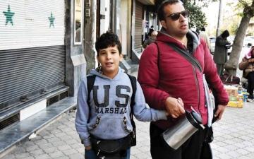 الصورة: الصورة: كفيف وطفله.. بيع الشاي من أجل البقاء