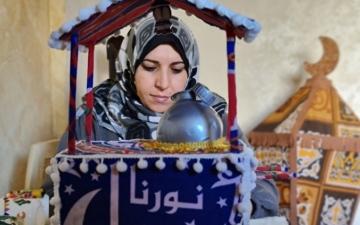 الصورة: الصورة: حنان.. تضيء بفوانيسها رمضان في غزة
