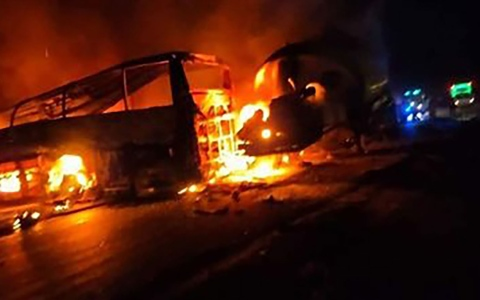 الصورة: الصورة: وفاة 20 شخصاً في حادث مرور بمصر