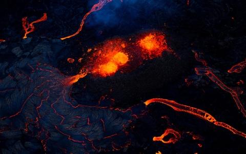 الصورة: الصورة: شاهد.. استمرار ثوران بركان فاغرادالسفيال في أيسلندا