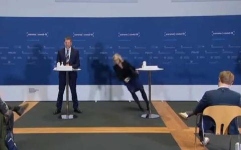 الصورة: الصورة: فيديو.. إغماء وسقوط مروع لمسؤولة دنماركية
