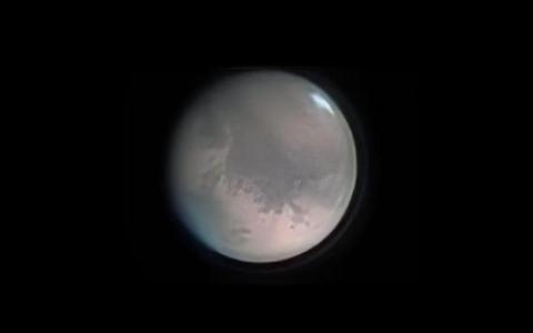 الصورة: الصورة: بعد غروب الشمس.. اختفاء المريخ خلف القمر في سماء السعودية