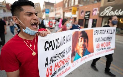 الصورة: الصورة: احتجاجات على قتل شرطة شيكاجو صبياً عمره 13 عاماً