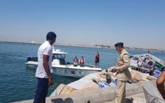الصورة: الصورة: شرطة دبي تُنقذ 6 بحارة وتمنع غرق مركبهم بعد تعرضه لتسرب مياه