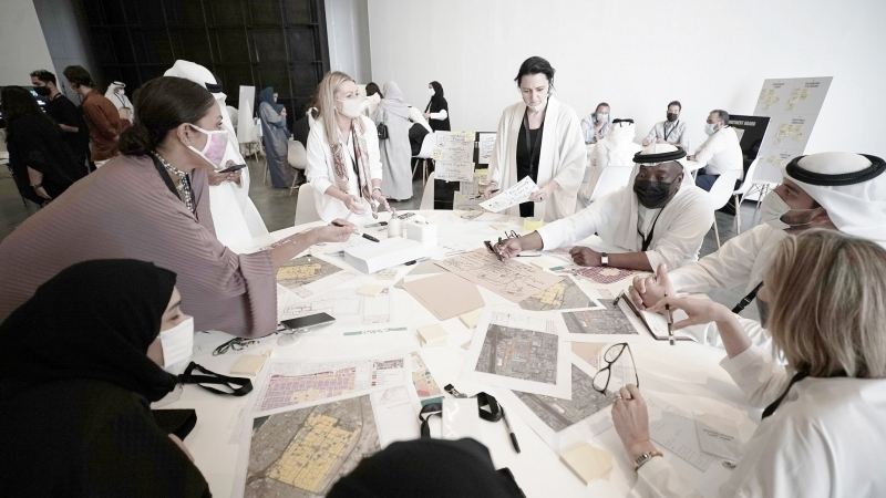 الصورة : أعضاء من لجنة تطوير منطقة القوز وممثلون عن المجتمع الإبداعي خلال الورشة   من المصدر