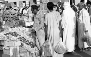 الصورة: الصورة: أسواق رمضان.. تزاحم وخيرات
