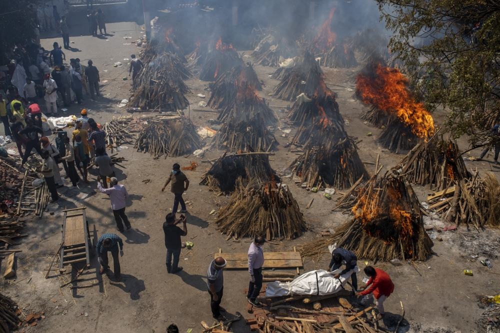الصورة : جانب من إحراق جثث لأشخاص توفوا بفيروس «كورونا» في نيودلهي  /  أ.ب