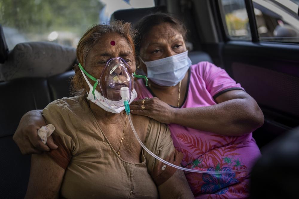 الصورة : مريض يتنفس عبر جهاز أكسجين في نيودلهي / أ.ب