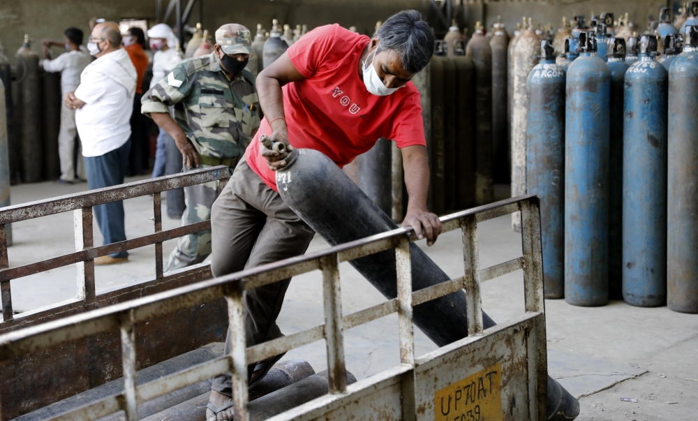 الصورة : أسطوانات أوكسجين في محطة تعبئة بمدينة براياكراج الهندية / أ.ب