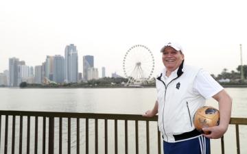 الصورة: الصورة: الكابتن حسن جعفر أول محترف رسمياً في الإمارات