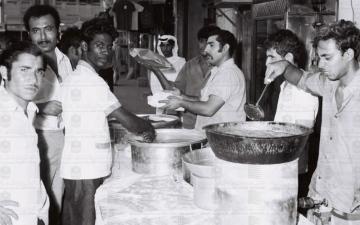 الصورة: الصورة: موعد الإفطار.. فترة ازدحام وبيع وشراء