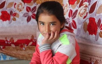 الصورة: الصورة: منال..  أمنيات طفلة معلّقة في بتلات الزهور