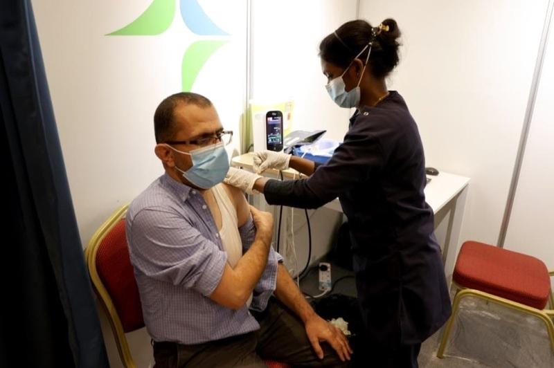 الصورة : محمد العياصرة يتلقى التطعيم