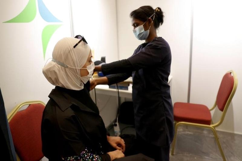 الصورة : مروة الحلبي خلال تلقي التطعيم | تصوير: سالم خميس