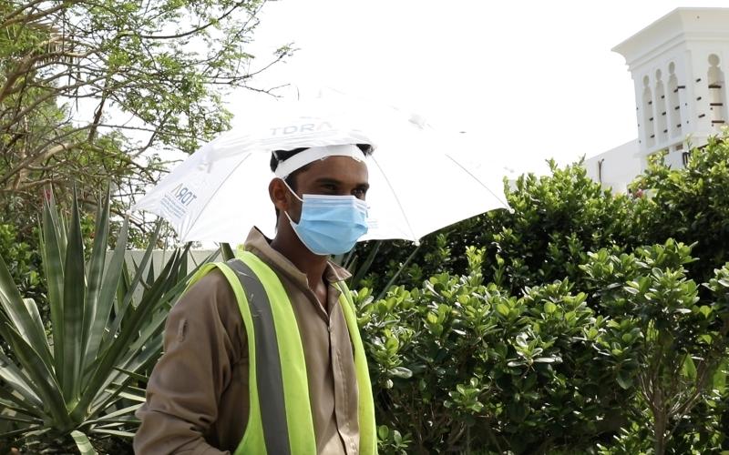 الصورة : توزيع مظلات الرأس الواقية على العمال ضمن مبادرة «برداً وسلاماً»   من المصدر