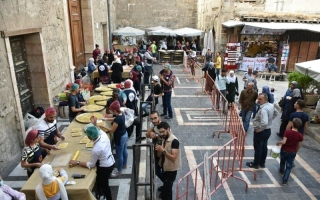 الصورة: الصورة: موائد تعيد نبض الحياة الرمضانية للسوريين