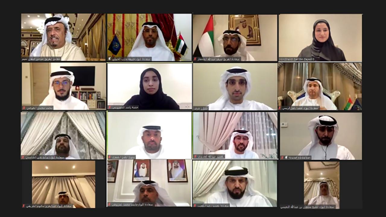الصورة : سارة الأميري وضاحي خلفان وسيف الشعفار والحضور خلال المجلس | من المصدر