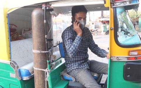 """الصورة: الصورة: (فيديو) الحاجة أم الاختراع.. هندي يحوّل """"توك توك"""" إلى سيارة إسعاف"""