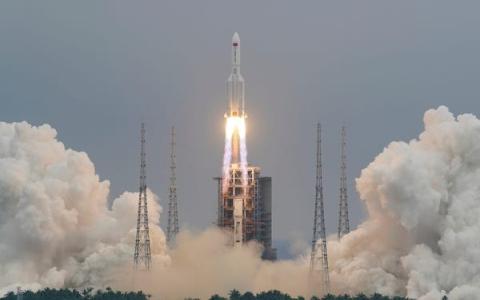 الصورة: الصورة: الصين توضح مصير صاروخها الخارج عن السيطرة