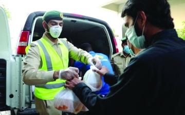 الصورة: الصورة: الشرطة في الإمارات تقدم الإفطار للصائمين