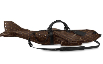 الصورة: الصورة: هوس الموضة.. حقيبة يد رجالية على شكل طائرة أغلى من طائرة حقيقية!