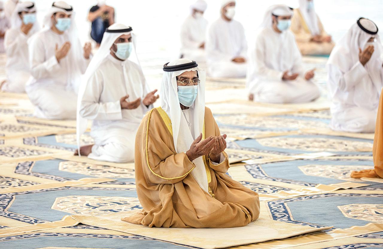 طحنون بن محمد يصلي العيد في مسجد الشيخ خليفة بن زايد