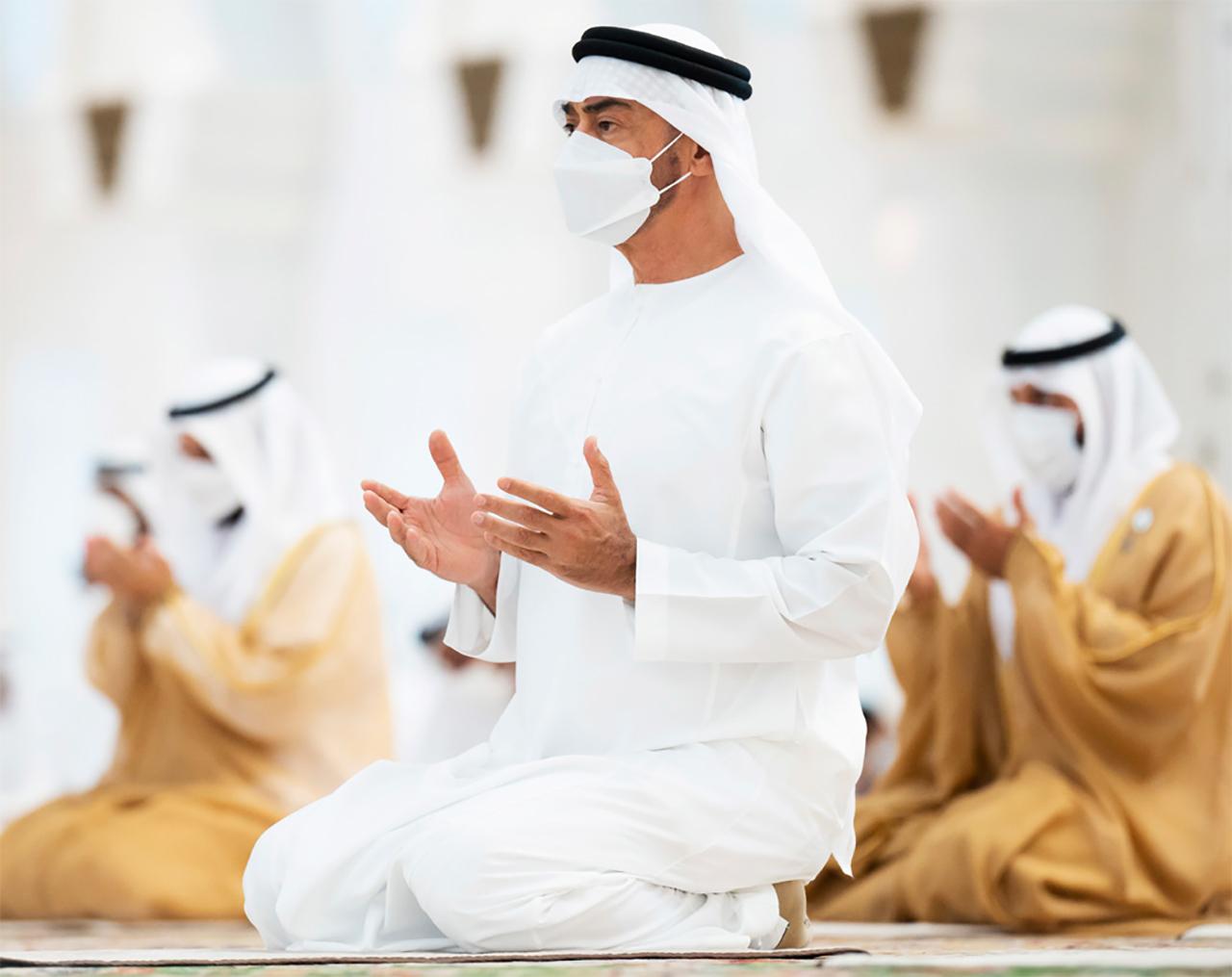 الصورة : محمد بن زايد خلال أداء صلاة العيد | تصوير: راشد المنصوري