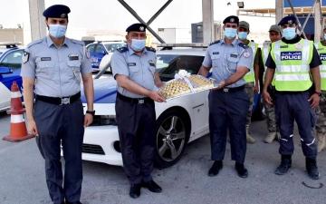 الصورة: الصورة: شرطة أبوظبي تعايد منتسبيها في النقاط الأمنية والمناوبين والجمهور