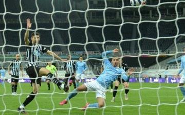 الصورة: الصورة: مانشستر سيتي يحتفل بتتويجه بلقب الدوري الإنجليزي بفوز مثير على نيوكاسل