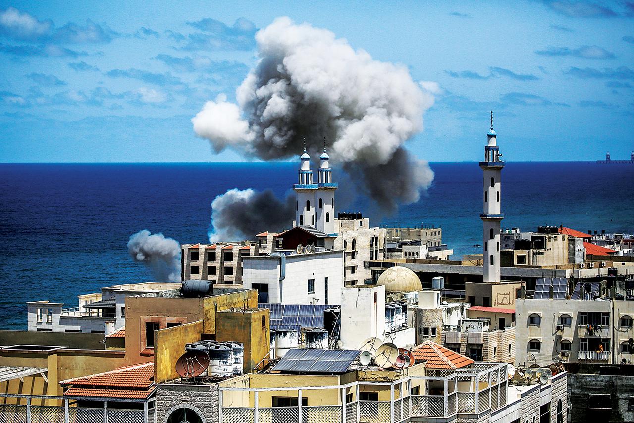 الصورة : الدخان يتصاعد من إحدى مناطق غزة بعد غارة إسرائيلية | أي.بي.إيه