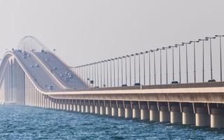 الصورة: الصورة: تحديث الإجراءات للقادمين إلى السعودية عبر جسر الملك فهد