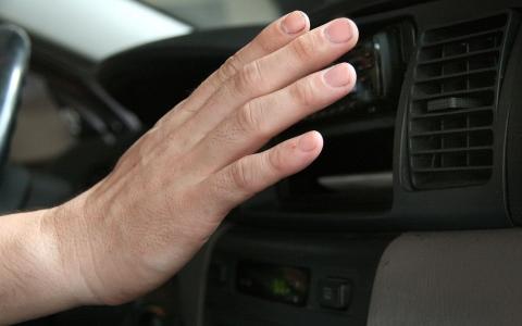 الصورة: الصورة: نصائح مهمة لتشغيل مكيف السيارة وكشف درجة حرارته المثالية
