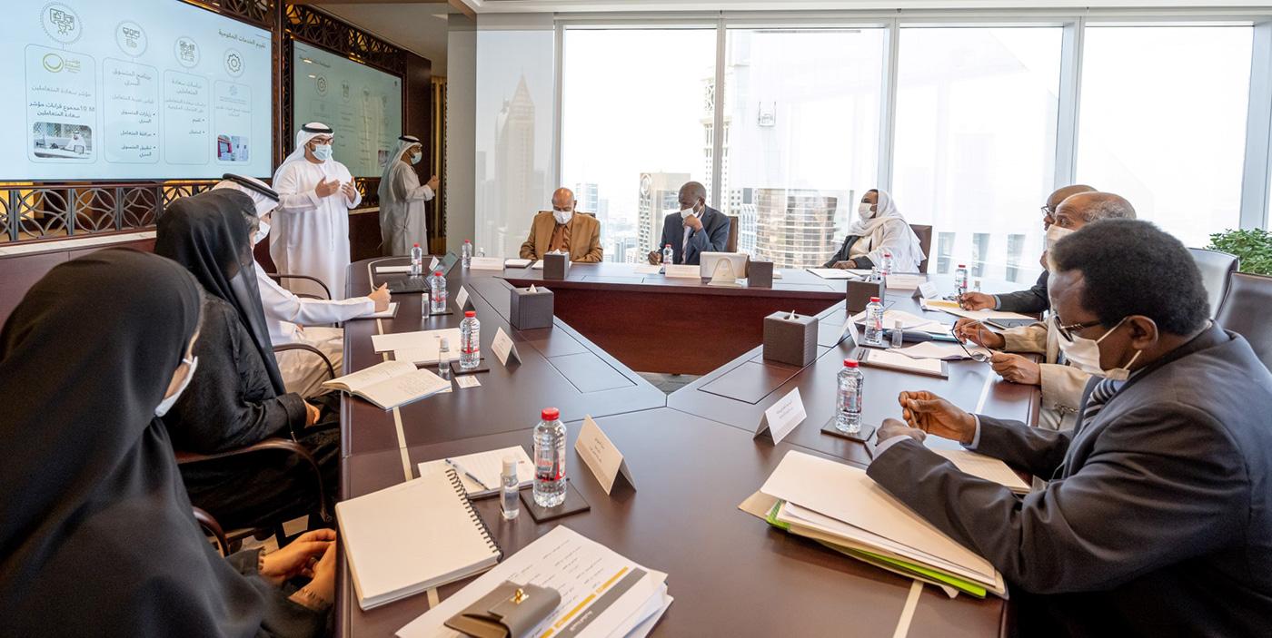 الصورة : الوفد السوداني يستمع إلى شرح حول نموذج الإمارات لتطوير وتقييم الخدمات الحكومية