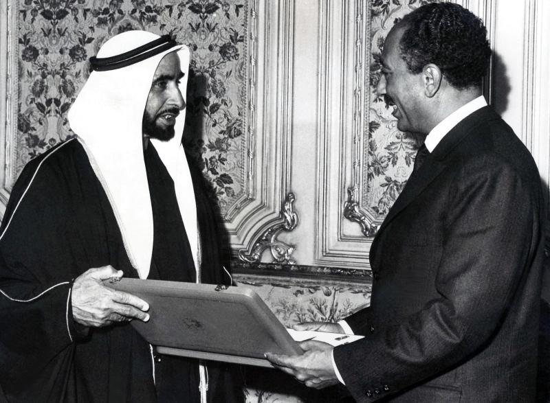 الصورة : الشيخ زايد والرئيس المصري الأسبق أنور السادات | أرشيفية
