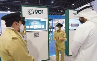الصورة: الصورة: شرطة دبي تعرف زوار «معرض المطارات» بخدمات مركز الاتصال 901