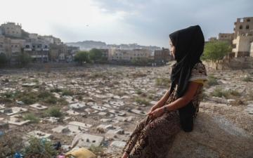 الصورة: الصورة: وسط القبور.. الطفلة خيرية ترسم خريطة مستقبلها