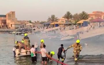 الصورة: الصورة: إخماد حريق قارب في ميناء أم سقيم ولا إصابات
