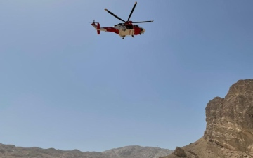 الصورة: الصورة: فيديو.. إنقاذ مواطن تدحرج من أعلى جبل حفيت بالعين