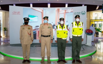 الصورة: الصورة: القائد العام لشرطة دبي يكرم شرطيين لسرعة استجابتهما في ضبط مُنفذ جريمة قتل