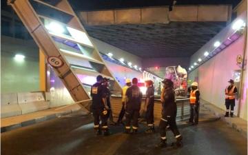 الصورة: الصورة: شرطة دبي وهيئة الطرق تتعاملان مع اصطدام شاحنة بالحاجز الحديدي لنفق الشندغة