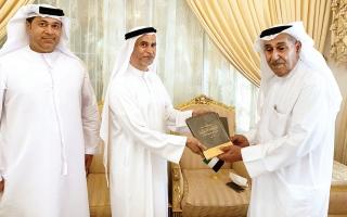 الصورة: الصورة: عبد الملك بن كايد يتلقى «الموسوعة الإماراتية»