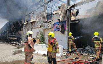 الصورة: الصورة: دفاع مدني دبي يحاول السيطرة على حريق في مستودع مواد قابلة للاشتعال في القوز الصناعية