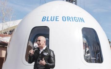 الصورة: الصورة: «بيزوس» ينضم لأول رحلة سياحية إلى الفضاء تنطلق 20 يوليو