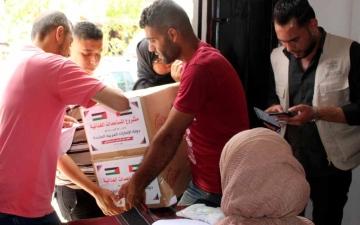 الصورة: الصورة: الإمارات ترسل 960 طناً من المواد الغذائية والطبية العاجلة لقطاع غزة