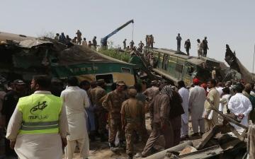 الصورة: الصورة: الإمارات تتضامن مع باكستان في ضحايا اصطدام قطارين