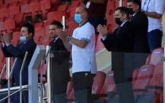الصورة: الصورة: وزير الشباب والرياضة العراقي يساند منتخب بلاده من مدرجات ملعب المحرق