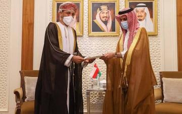 الصورة: الصورة: خادم الحرمين الشريفين يتلقى رسالة خطية من سلطان عُمان