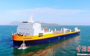 الصورة: الصورة: الصين تسلم مشترياً أمريكاً أكبر سفينة لنقل القطارات في العالم