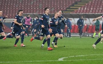 الصورة: الصورة: لماذا قرر لاعبو المنتخب الإسكتلندي الجثو على ركبة واحدة في أمم أوروبا؟