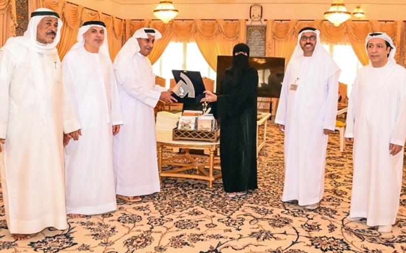 الصورة: الصورة: عبدالملك بن كايد القاسمي يشيد بجهود نادي تراث الإمارات